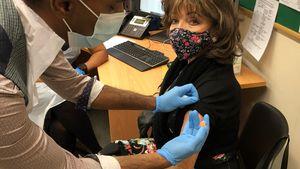 Schauspielerin Joan Collins zeigt sich bei Corona-Impfung