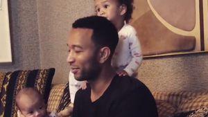 Papa-Allround-Talent: John Legend hat alle Hände voll zu tun