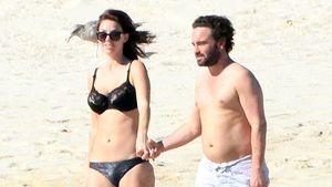 Johnny Galecki mit Plautze & Freundin am Strand