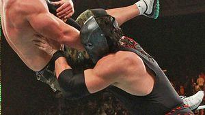 John Cena von großem roten Monster überrollt