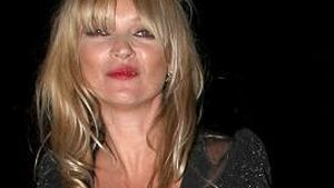 Kate Moss strahlt im düsteren Outfit