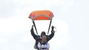 Tolle Bilder: Katie Price fällt aus allen Wolken!