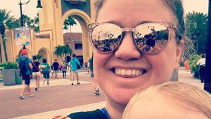 Kelly Clarkson und ihr Sohn Remington vor dem Universal Orlando Resort