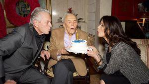 Kirk Douglas mit Sohn Michael Douglas und Catherine Zeta-Jones an seinem 99. Geburtstag