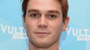 """Riverdale""-KJ Apa verrät: Daher hat er seine Stirn-Narbe"