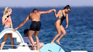 Kourtney Kardashian und Freund Younes Bendjima auf einem Tretboot