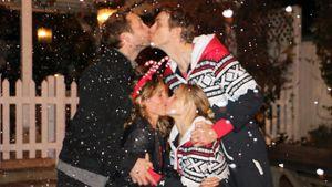 Weihnachtsgrüße mal andersrum: Kristen Bell knutscht Frau