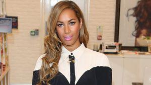 Artig! Leona Lewis im zugeknöpften Blusen-Dress