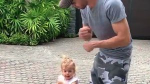Wie knuffig! Enrique Iglesias tanzt mit seiner Tochter (1)
