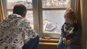 Papa-Kind-Moment: Poldi & Töchterchen Maya im Mickey-Outfit