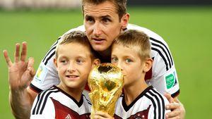 Miro Klose: Söhne Noah & Luan küssen den WM-Pokal