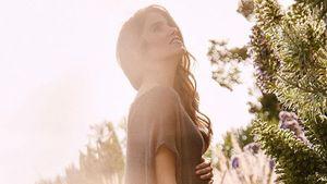"""Nikki Reed mit Baby-Bauch in einem Kleid ihrer Modelinie """"Bayou with Love"""""""