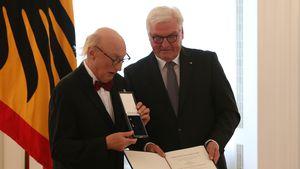 Otto Waalkes erhält Bundesverdienstkreuz und lässt es fallen