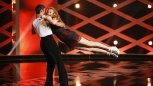 Krasser Körpereinsatz! Palina Rojinski fliegt über die Bühne
