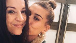 Bussi: Hier knuddelt Hailey Bieber mit ihrer Schwiegermutter