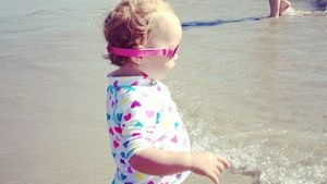 Supercooles Beach Girl! Pearl Osbourne am Strand