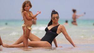 Süße Badenixe: Penelope & Mama Kourtney Kardashian am Strand