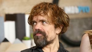 Stundenlanges Totstellen: So prankt Peter Dinklage GoT-Cast!