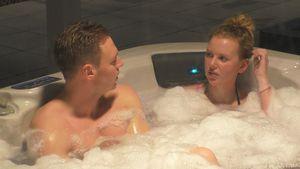 """""""Big Brother""""-Liebe in Gefahr? Becci mit Philipp im Pool"""