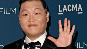 "Psy performt ""Gangnam Style"" zum 1. Mal in Gangnam"