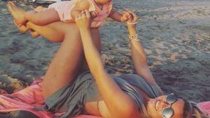 Süßes Training: Rebecca und Alaia-Claire beim Baby-Yoga