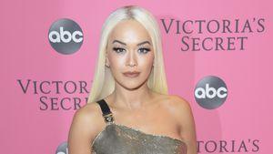 Rita Ora knutscht Bebe Rexha auf dem Red Carpet der VMAs