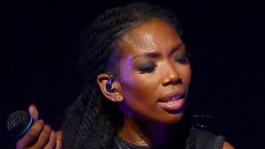 Sängerin Brandy auf der Bühne