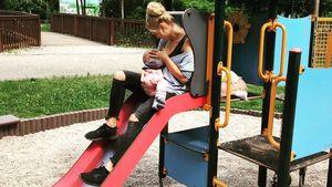 Sara Kulka und Annabell auf einem Spielplatz