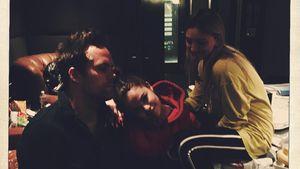 Selena Gomez mit den Songschreibern Justin Tranter and Julia Michaels im Aufnahmestudio