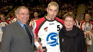 DHB-Präsident Uwe Strombach und Stefan Kretzschmar mit seiner Mutter Waltraud