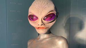 Gruselig: Welches Topmodel ist hier als Alien verkleidet?