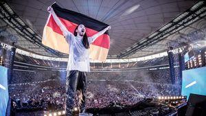 Steve Aoki mit Deutschland-Fahne beim World Club Dome