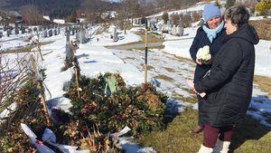 Vera Int-Veen und Beate Fischer am Grab von Irene Fischer