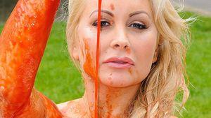"""PETA schockt: Model suhlt sich nackt im """"Blut"""""""