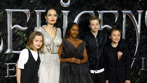 Angelina Jolie kommt mit Kids und im Mega-Kleid zur Premiere