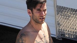 "Badboy: ""Hunger Games""-Star zeigt Narben & Tattoos"