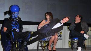 Tina Fey legt Brad Pitt übers Knie!