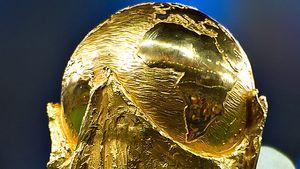 Oh nein! Der WM-Pokal hat schon seine erste Macke