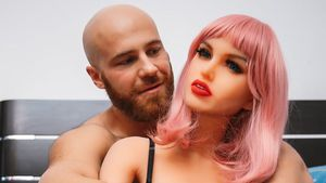 Tatsächlich! Bodybuilder hat seine Sexpuppe Margo geheiratet