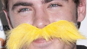 Zac Efron zeigt seinen gelben Schnäuzer