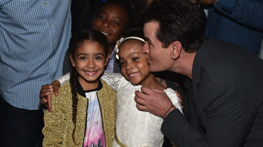 Kinderdarstellerinnen Aamy Keroles und Amanda Christina mit Charlie Sheen bei einer Premiere 2017