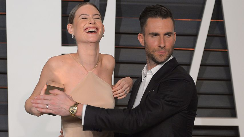 Beherzt! Adam Levine verdeckt Behatis Model-Nippel