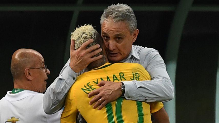 Enge Beziehung: Fußballtrainer Adenor Tite hält seinen Spieler Neymar Jr. im Arm