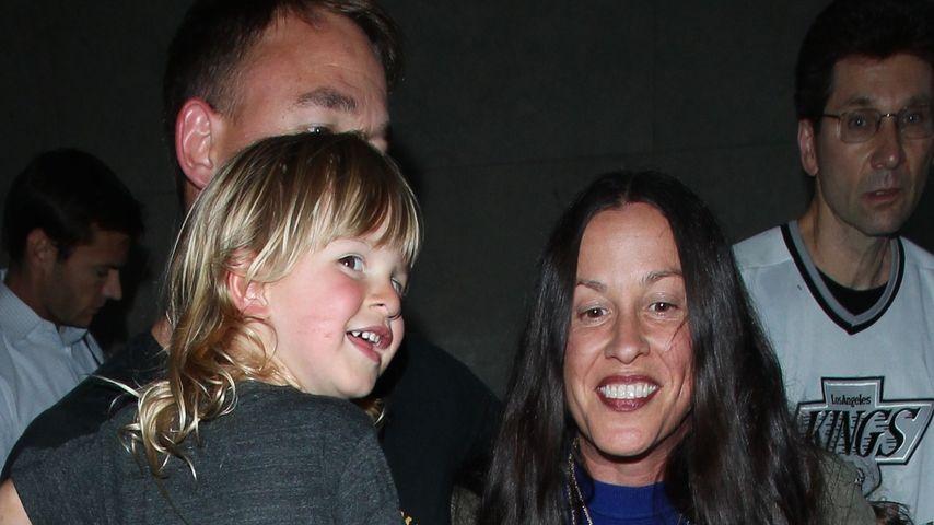 Alanis Morissette mit Ehemann Mario Treadway und Sohn Ever am Flughafen in Los Angeles