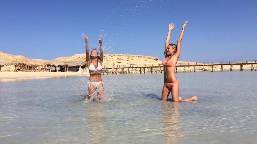 Alena Gerber und ihre Schwester im Meer