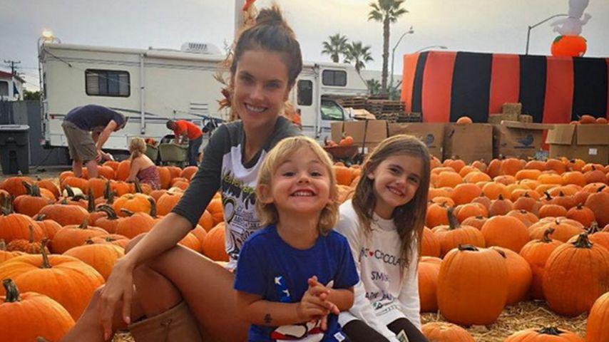 Kürbisfamilie: Alessandra Ambrosio im Halloween-Fieber
