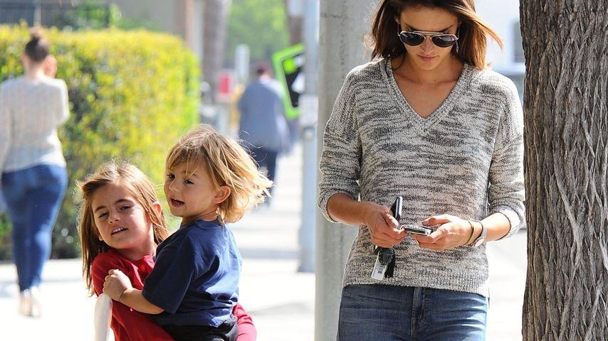Handy wichtiger? Alessandra Ambrosio ignoriert ihre Kids