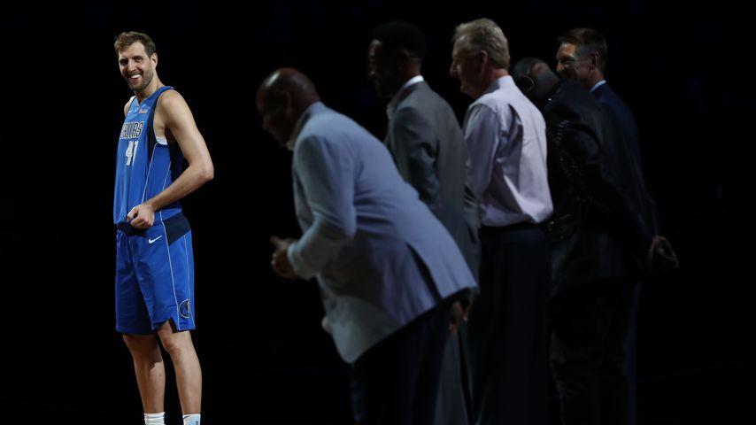 Alle verneigen sich zum Abschied vor Dirk Nowitzki (l.)