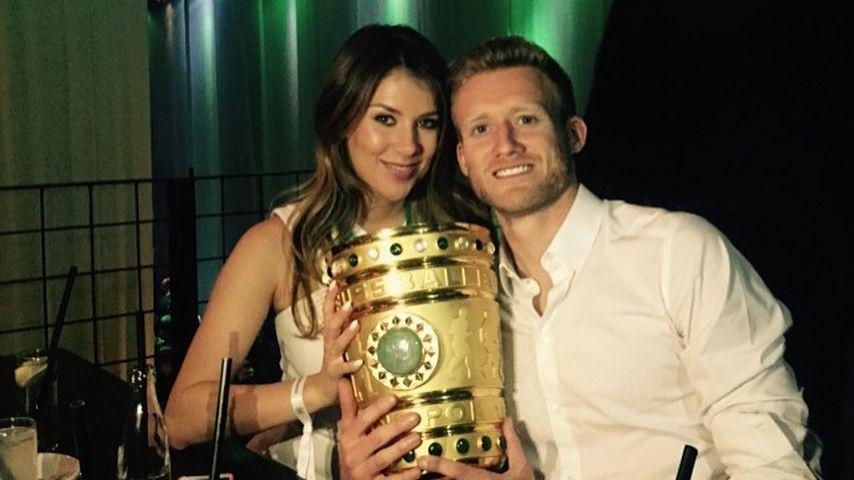 André Schürrle mit Montana York nach dem der VfL Wolfsburger 2015 den DFB-Pokal gewann