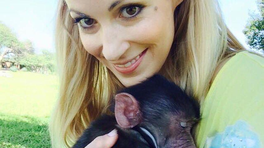 Nachwuchspläne? Andrea Kaiser übt mit tierischem Baby